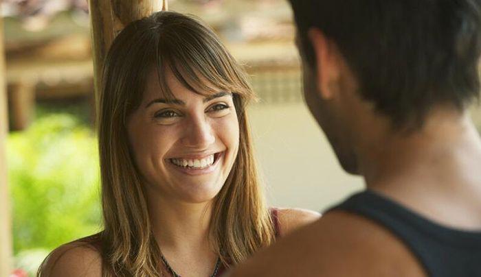 stabilire un contatto visivo sorridere e se si ha il coraggio salutare